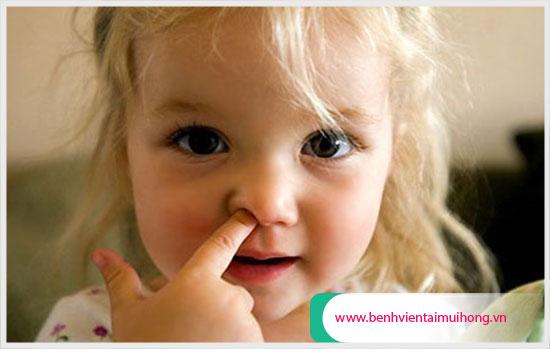 Trẻ ngoáy mũi dễ gây tổn thương vách ngăn mũi